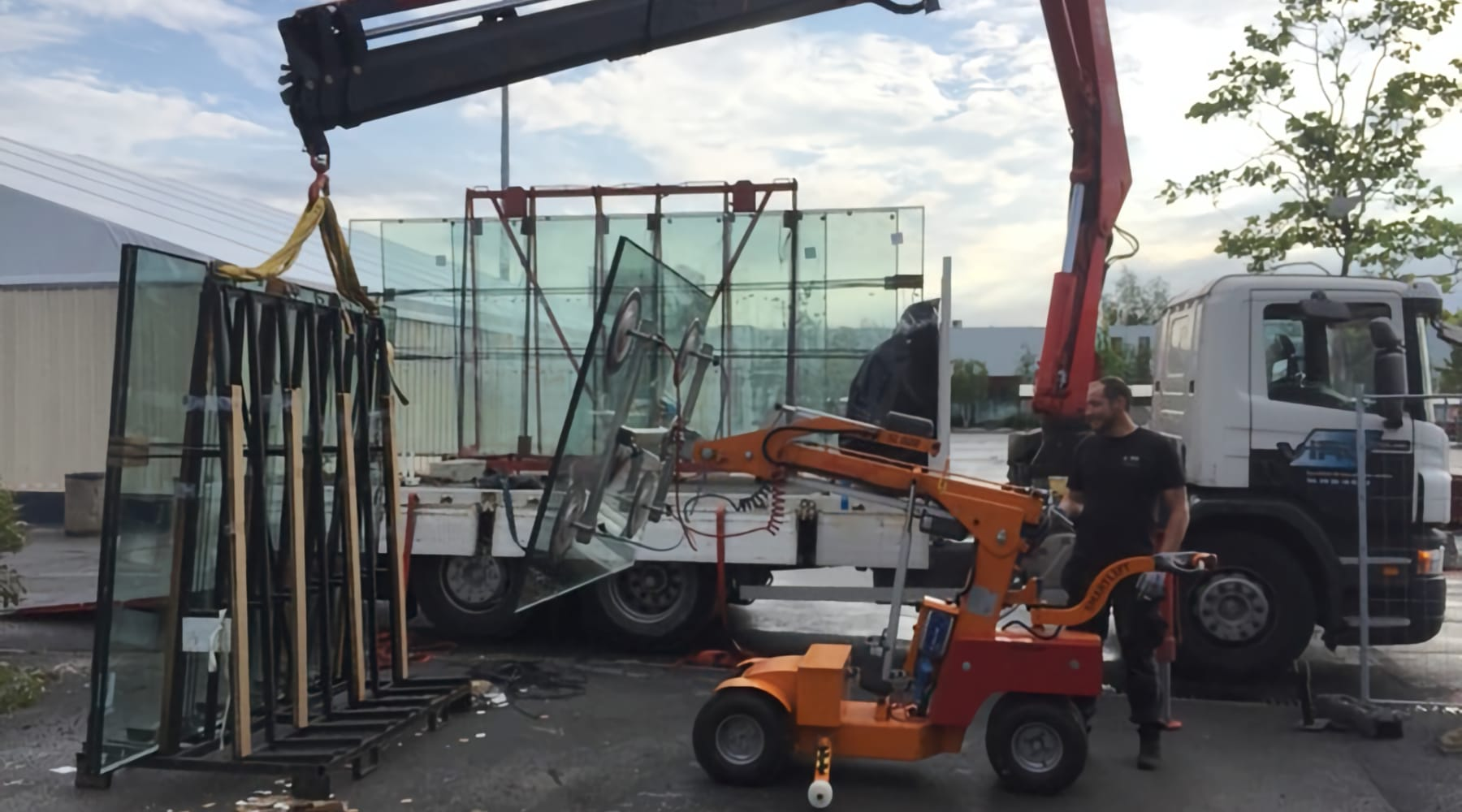 Livraison camion grue et pose de vitrage isolant de 600 Kg, chantier Céline, Maubeuge