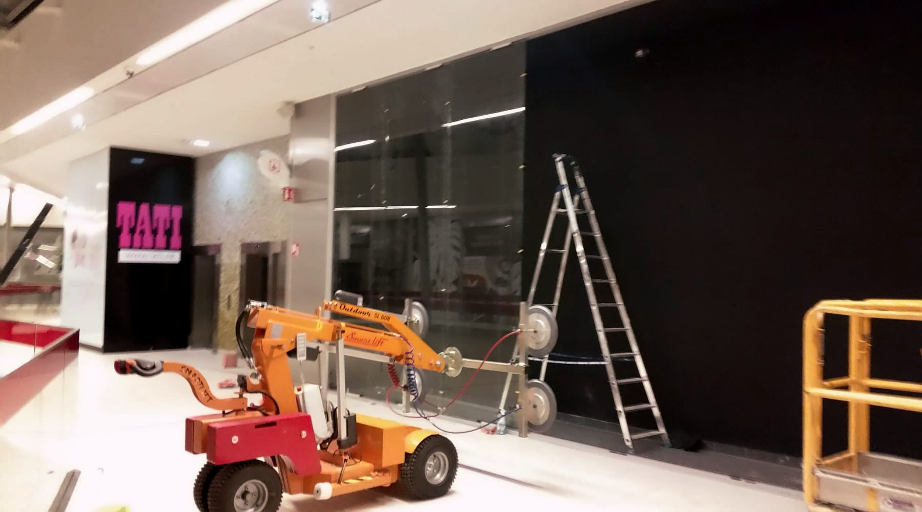 Assistance à la pose de vitrage grande dimension sur chantier.